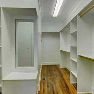 Foto de armario vestidor unisex, de estilo de casa de campo, grande, con suelo de madera en tonos medios