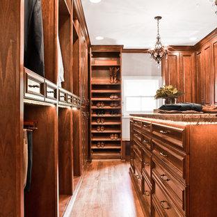 Inspiration för mycket stora klassiska omklädningsrum för könsneutrala, med luckor med upphöjd panel och skåp i mellenmörkt trä