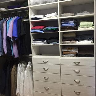 Mittelgroßer Moderner Begehbarer Kleiderschrank mit offenen Schränken, weißen Schränken und hellem Holzboden in Miami
