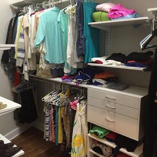Foto på ett litet funkis walk-in-closet för kvinnor, med öppna hyllor och vita skåp