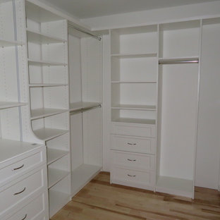 Modelo de armario vestidor unisex, clásico renovado, pequeño, con armarios abiertos, puertas de armario blancas, suelo de madera clara y suelo beige