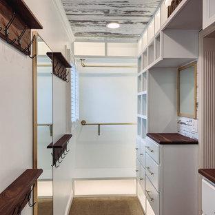 Пример оригинального дизайна: встроенный шкаф среднего размера, унисекс в стиле кантри с фасадами с выступающей филенкой, белыми фасадами, ковровым покрытием, бежевым полом и деревянным потолком