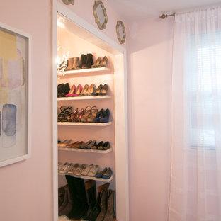 Idee per uno spazio per vestirsi per donna minimal di medie dimensioni con nessun'anta, ante bianche e pavimento in legno massello medio
