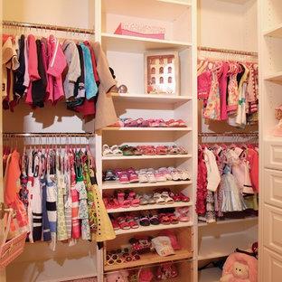 Ejemplo de armario vestidor de mujer, actual, de tamaño medio, con armarios abiertos, puertas de armario blancas y moqueta