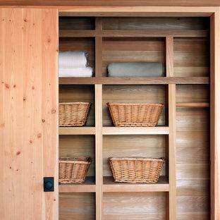 Modelo de armario unisex, rural, con puertas de armario de madera clara