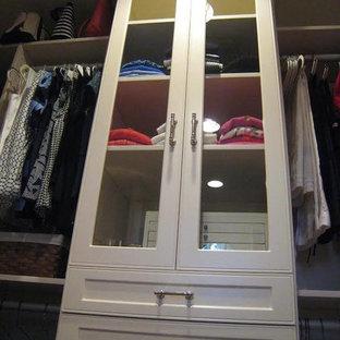 Foto de armario vestidor clásico renovado, de tamaño medio, con armarios tipo vitrina, puertas de armario blancas, suelo de madera oscura y suelo marrón