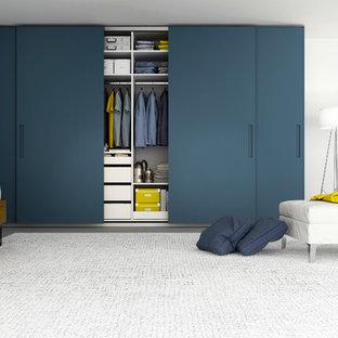 Imagen de armario unisex, minimalista, grande, con armarios con paneles lisos y puertas de armario de madera oscura