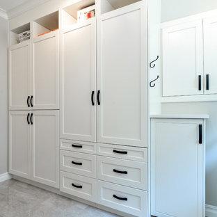 Foto de armario y vestidor unisex, minimalista, de tamaño medio, con armarios con paneles empotrados, puertas de armario blancas y suelo de travertino