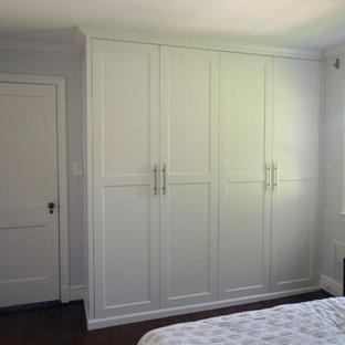 Foto di un armadio o armadio a muro moderno con ante con riquadro incassato e ante bianche