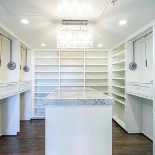 Imagen de armario y vestidor moderno, de tamaño medio, con armarios estilo shaker, puertas de armario blancas, suelo de madera en tonos medios y suelo marrón