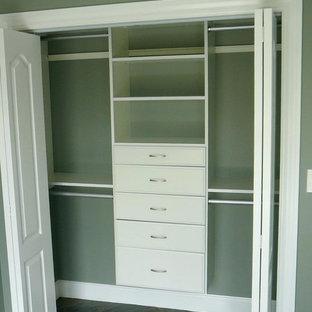 Стильный дизайн: шкаф в нише среднего размера, унисекс в стиле современная классика с открытыми фасадами, белыми фасадами, полом из керамогранита и черным полом - последний тренд