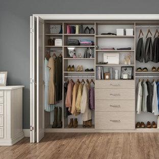 Idéer för att renovera ett mellanstort vintage klädskåp för kvinnor, med öppna hyllor och ljust trägolv