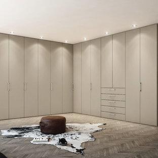 Imagen de vestidor unisex, contemporáneo, extra grande, con armarios con paneles lisos, puertas de armario beige y suelo de madera oscura