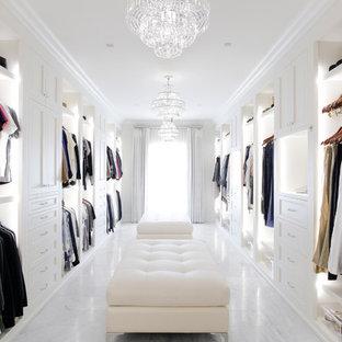 Idéer för ett klassiskt omklädningsrum för kvinnor, med öppna hyllor, vita skåp, grått golv och marmorgolv