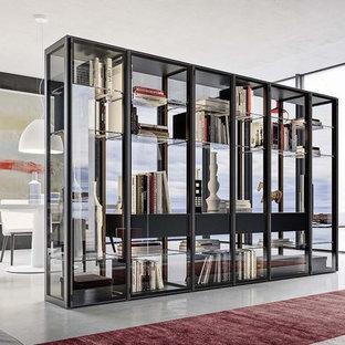 Immagine di un grande armadio o armadio a muro unisex design con ante di vetro, ante nere, pavimento in cemento e pavimento grigio