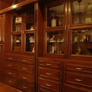 Foto de armario vestidor unisex, clásico, grande, con puertas de armario de madera oscura