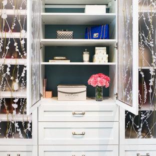 Modelo de armario y vestidor de mujer, tradicional, con armarios estilo shaker y puertas de armario blancas
