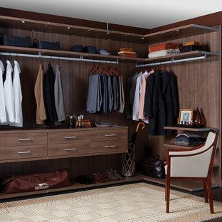 Modelo de armario y vestidor unisex, contemporáneo, de tamaño medio, con armarios abiertos, moqueta y puertas de armario de madera oscura