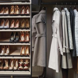 Imagen de vestidor de mujer, romántico, de tamaño medio, con armarios tipo vitrina, puertas de armario de madera en tonos medios y moqueta