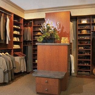 Diseño de armario vestidor de hombre, clásico, grande, con armarios abiertos, puertas de armario de madera oscura y moqueta