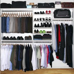Foto de armario unisex, clásico, de tamaño medio, con armarios abiertos, puertas de armario blancas y suelo de madera clara