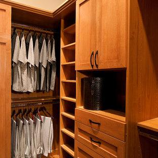 Modelo de armario vestidor de hombre, clásico renovado, de tamaño medio, con armarios estilo shaker, puertas de armario de madera oscura y moqueta