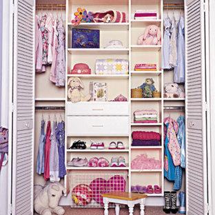 Ejemplo de armario de mujer, romántico, con armarios abiertos y puertas de armario blancas