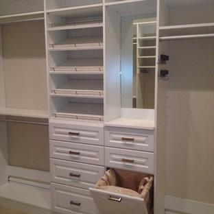 Großer, Neutraler Klassischer Begehbarer Kleiderschrank mit profilierten Schrankfronten, weißen Schränken und Teppichboden in Sonstige