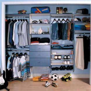Diseño de armario de hombre, tradicional, grande, con armarios abiertos, puertas de armario azules y suelo de madera clara