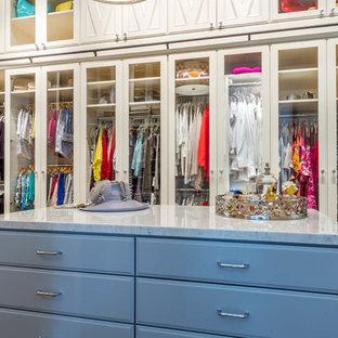 Foto de armario y vestidor de mujer, tradicional renovado, con armarios con paneles con relieve