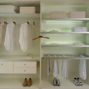 Immagine di un piccolo armadio o armadio a muro unisex minimalista con nessun'anta, ante bianche e pavimento con piastrelle in ceramica