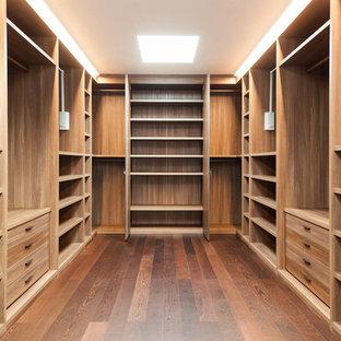Amerikansk inredning av ett stort walk-in-closet för könsneutrala, med skåp i ljust trä, mörkt trägolv, brunt golv och öppna hyllor