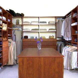 Foto di una grande cabina armadio unisex chic con ante in legno bruno, ante lisce, moquette e pavimento grigio
