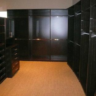 Ejemplo de armario vestidor unisex, contemporáneo, de tamaño medio, con armarios con paneles lisos, puertas de armario de madera en tonos medios, moqueta y suelo beige