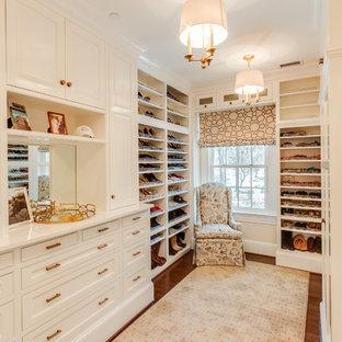 Inspiration för klassiska garderober för kvinnor, med vita skåp, mörkt trägolv och luckor med infälld panel