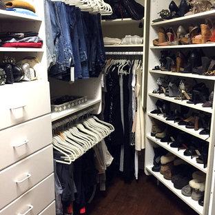 Diseño de armario vestidor de mujer, actual, grande, con armarios con paneles lisos, puertas de armario blancas y suelo de madera oscura