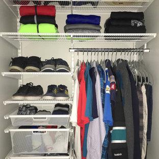 Immagine di un piccolo armadio o armadio a muro unisex minimalista con nessun'anta e moquette