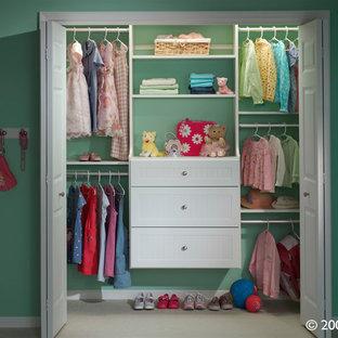 Imagen de armario de mujer, tradicional, pequeño, con armarios abiertos, puertas de armario blancas, moqueta y suelo beige