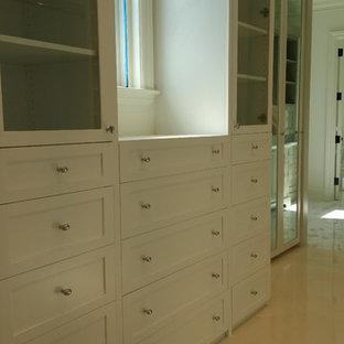 Esempio di una cabina armadio chic con ante in stile shaker e ante bianche