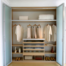 Modern Closet by Karry Home Solutions