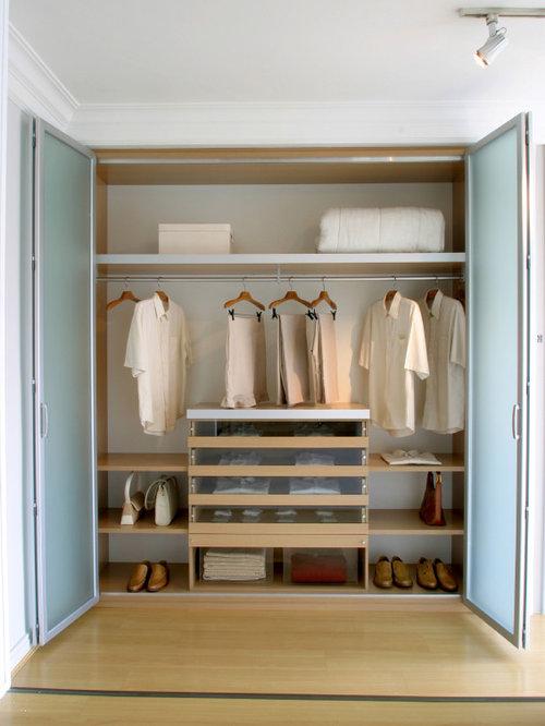 Armoires et dressings avec des portes de placard en bois clair et un placard porte vitr e for Porte placard vitree