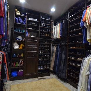 Ejemplo de armario vestidor unisex, clásico, de tamaño medio, con armarios abiertos, puertas de armario de madera en tonos medios y suelo de piedra caliza