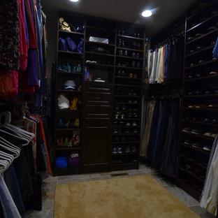 Mittelgroßer, Neutraler Klassischer Begehbarer Kleiderschrank mit offenen Schränken, dunklen Holzschränken und Kalkstein in Sonstige