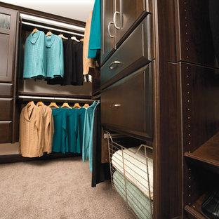 Ejemplo de armario vestidor unisex, tradicional, grande, con armarios con paneles empotrados, puertas de armario de madera oscura, moqueta y suelo beige