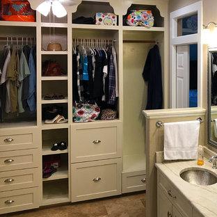 Diseño de armario unisex, tradicional, pequeño, con armarios abiertos, puertas de armario beige, suelo de travertino y suelo marrón