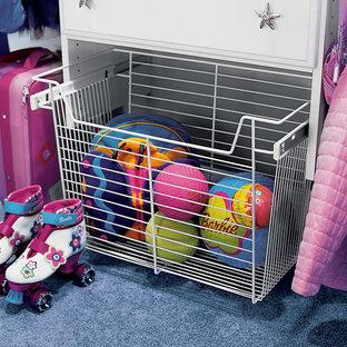 Modelo de armario de mujer, contemporáneo, de tamaño medio, con armarios con paneles lisos, puertas de armario blancas, moqueta y suelo azul