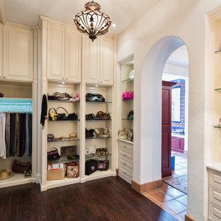 Diseño de armario vestidor unisex, contemporáneo, extra grande, con armarios con paneles con relieve, puertas de armario blancas y suelo vinílico