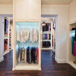 Geräumiger, Neutraler Moderner Begehbarer Kleiderschrank mit profilierten Schrankfronten, weißen Schränken und Vinylboden in Tampa