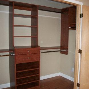 Diseño de armario unisex, clásico, de tamaño medio, con armarios estilo shaker, puertas de armario marrones y suelo de madera en tonos medios
