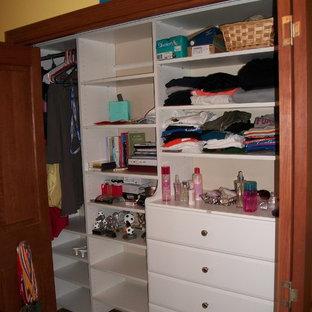 Foto de armario de mujer, moderno, pequeño, con armarios con paneles lisos, puertas de armario blancas y suelo vinílico